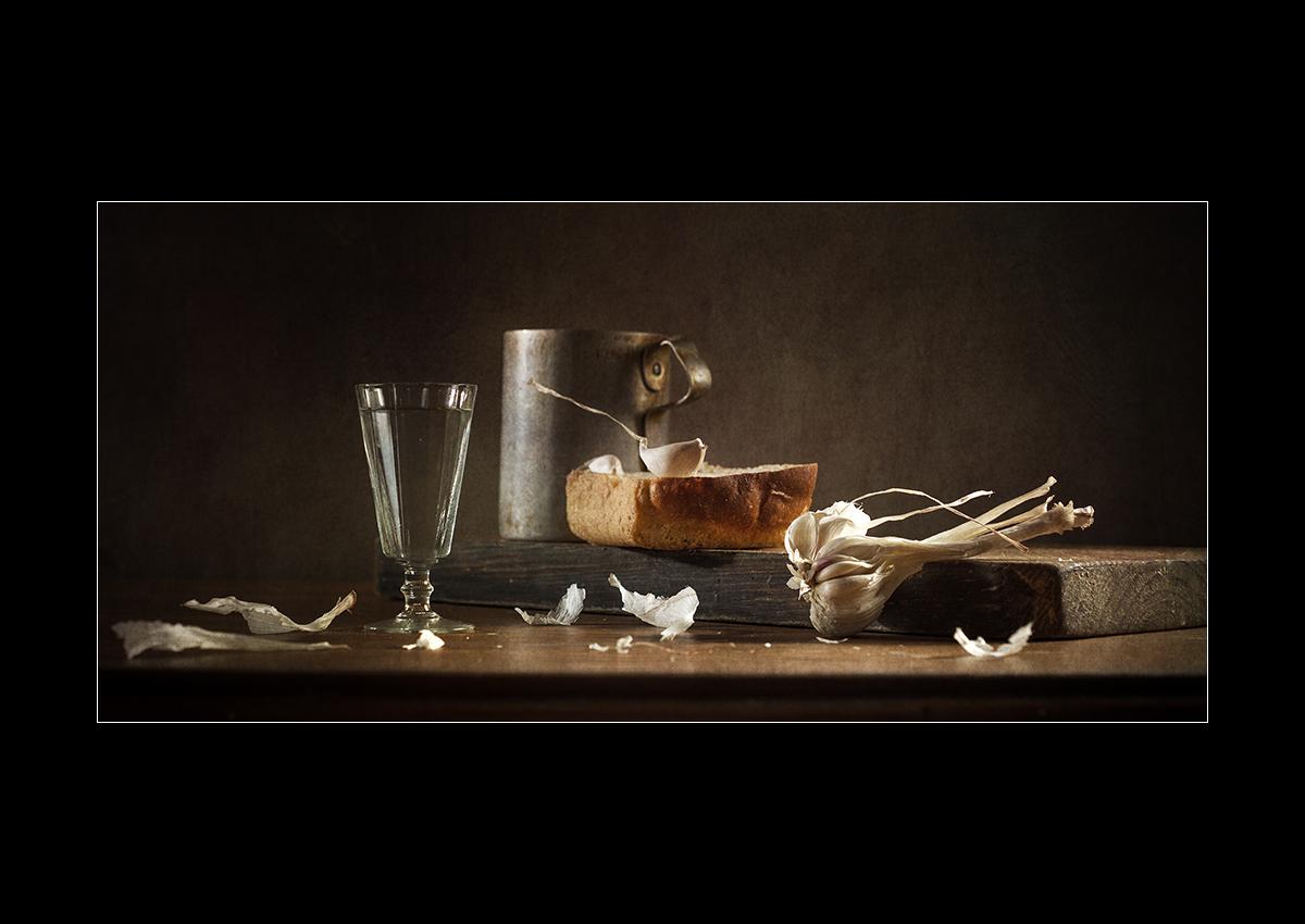 Этюд с зубчиком чеснока и корочкой хлеба.