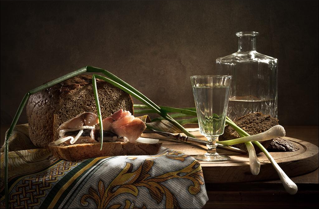 Рюмка водки, зеленый лук и немного скумбрии